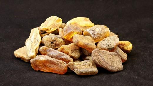 Rohbernstein, Farbenvielfalt und Erscheinungsformen