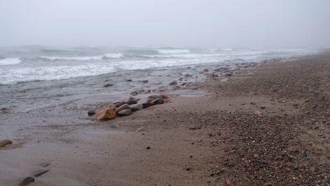 Jastrzębia Góra an der Ostsee, Strand bei Nebel
